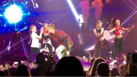Khiyla Aynne dancing on Bieber's Children song during his Purpose World Tour
